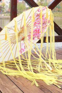 Dù Vải Cổ Trang Vàng Hoa Đơn Hồng Có Tua Rua (10)